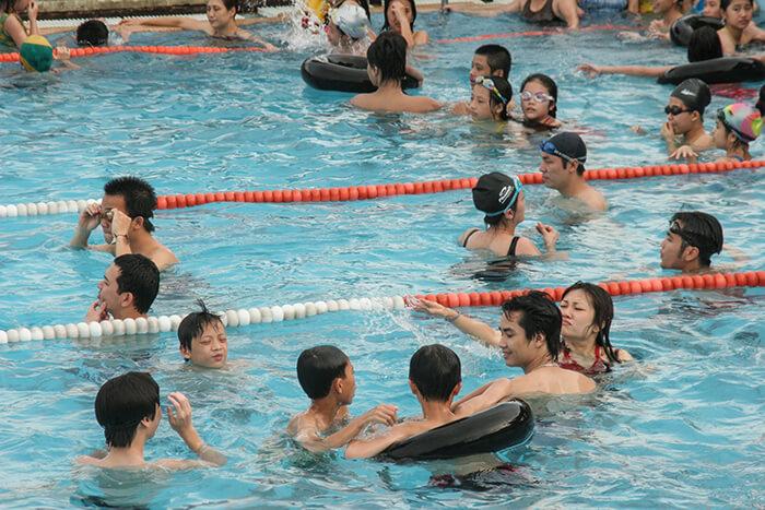Nước bể bơi thường có hàm lượng clo vượt mức cho phép