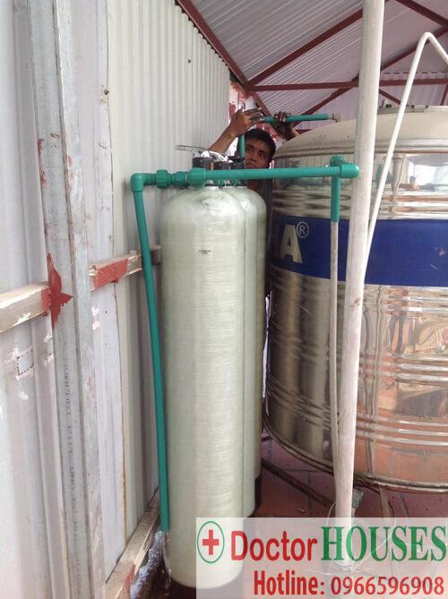 HÌnh ảnh lắp đặt thiết bị máy lọc nước do nhân viên kỹ thuật của Doctorhouses đảm nhiệm
