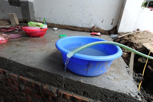 Người dân phải mua nước sạch với giá cao 50.000 đồng/khối ở khu nhà bên cạnh