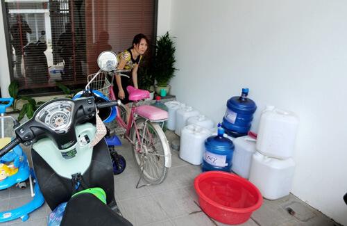 Hộ gia đình chị Hoa, nhà TT5.2 phải thuê taxi chở những can nước từ nhà người thân ở xa đến dự trữ trong nhà