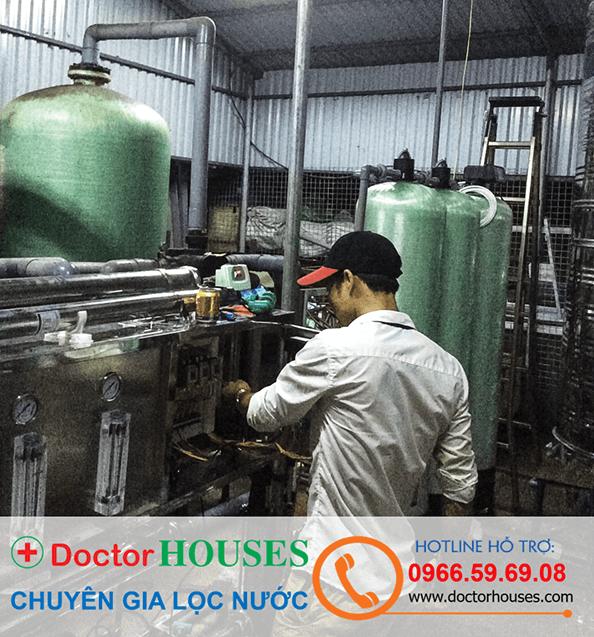 Nhân viên kỹ thuật DoctorHouses đang kiểm tra trước khi đưa hệ thống vào vận hành