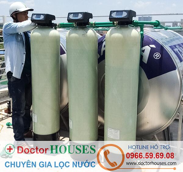 Nhân viên kỹ thuật DoctorHouses đang lắp bộ lọc nước sinh hoạt cao cấp