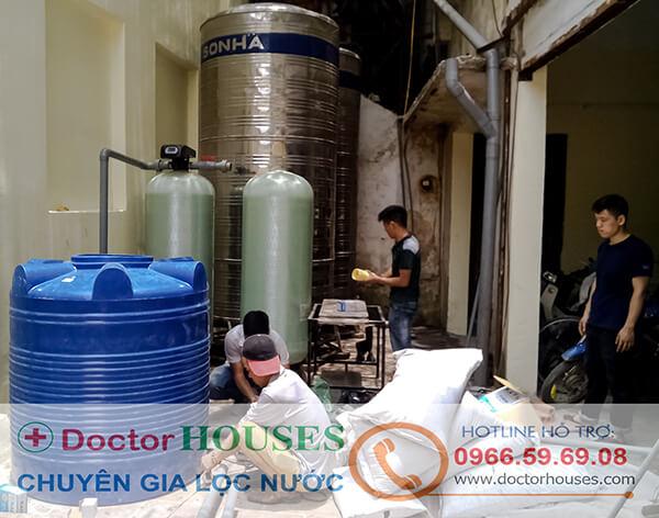 Đội ngũ kỹ thuật DoctorHouses đang lắp đặt hệ thống lọc nước giếng khoan công suất lớn