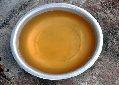 nước nhiễm sắt thường có mùi tanh, màu vàng hoặc nâu đỏ