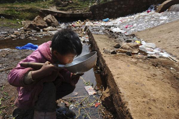Trẻ em phải sống chung với nguồn nước bị ô nhiễm
