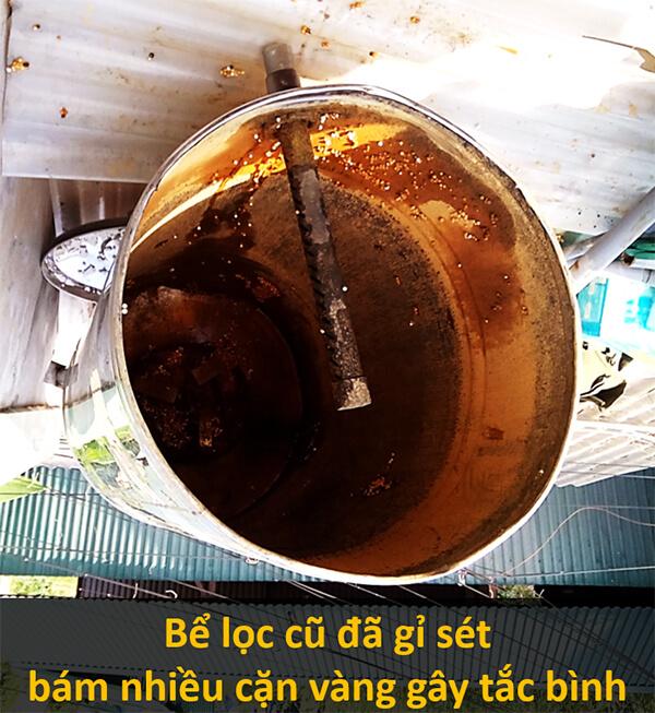 Bể lọc cũ gỉ sét, bám cặn vàng, lọc nước không còn hiệu quả