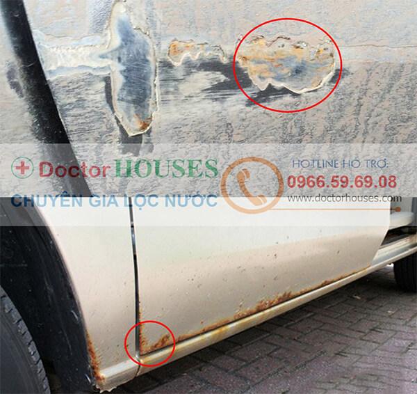 ô tô dễ bi bong tróc sơn, hoen gỉ nếu sử dụng nước giếng khoan nhiễm sắt để rửa xe