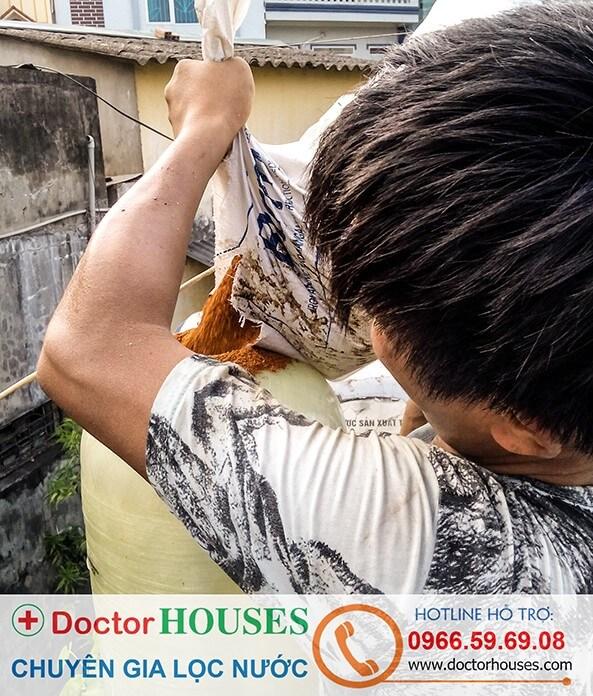 Nhân viên kỹ thuật DoctorHouses đang lắp đặt hệ thống lọc nước