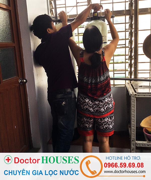 Nhân viên kỹ thuật đang hướng dẫn chị Lan sử dụng thiết bị lọc